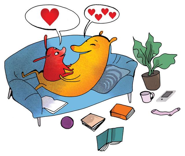 Illustration där en stor figur ligger i en soffa och har en liten figur som sitter i famnen. Från båda kommer pratbubblor med hjärtan. På golvet ligger böcker, en läsplatta, och andra föremål.