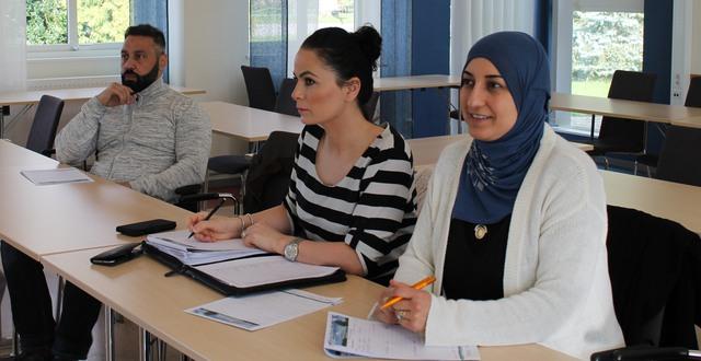 Tre personer som studerar distansutbildning för kontakttolkar