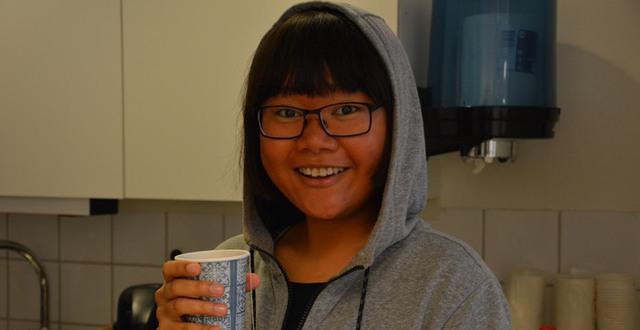 Tjej med en kopp thé på folkhögskolan i Halmstad