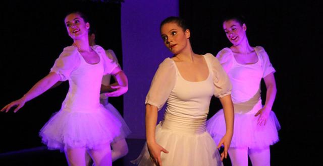 Deltagare på Danslinjen på Löftadalens folkhögskola dansar balett.
