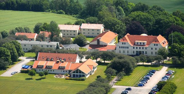 Flygfoto över Katrinebergs folkhögskola.