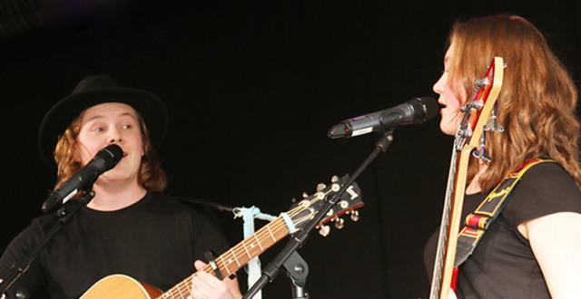 Två deltagare på Singer/Songwriterlinjen på Löftadalens folkhögskola.