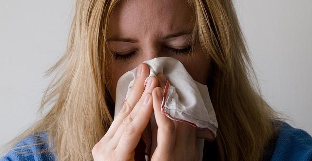 Kvinna som är förkyld.