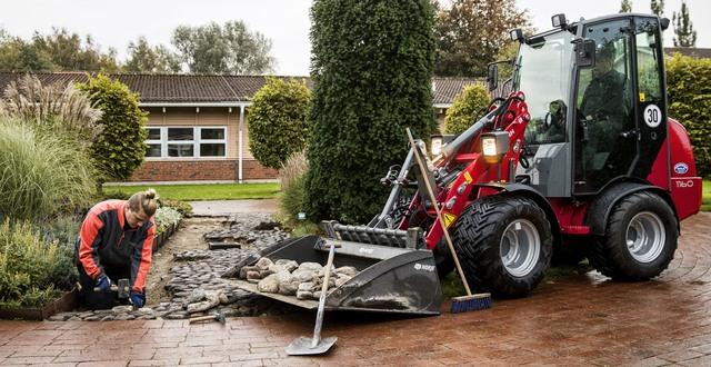 Deltagare på trädgårdsutbildning sätter sten på Munkagårdsgymnasiet