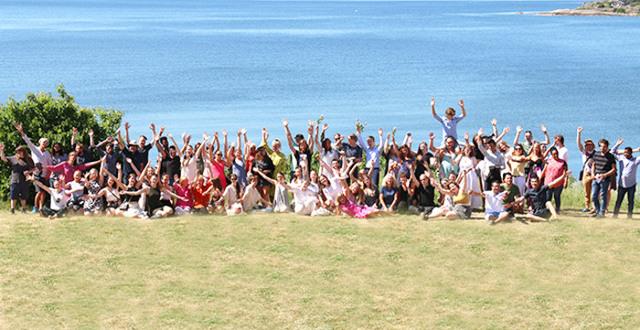 Gruppbild av deltagare på skolavslutning på Löftadalens folkhögskola.