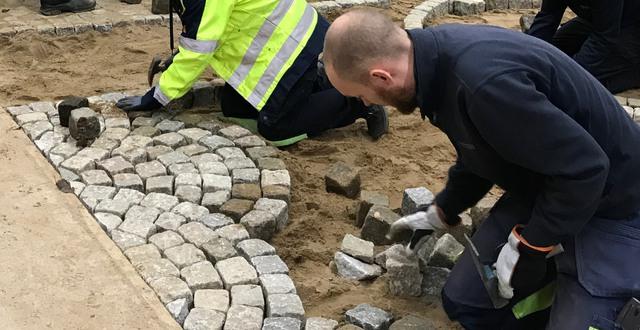 Personer på yrkesutbildning trädgårdsanläggning på Munkagårdsgymnasiet lägger sten.